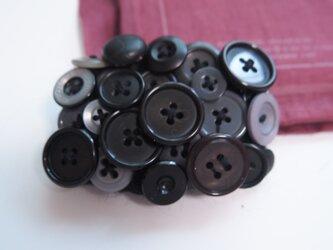 ボタンブローチ 5.9.黒四角の画像