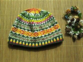 手紡ぎ毛糸の模様編みニット帽【緑と黄と赤など】の画像