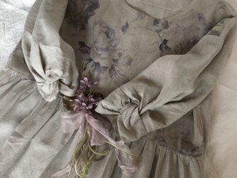 優しい薔薇柄ツイストスリーブギャザーワンピースの画像