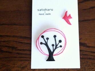 樹と鳥のブローチ*レッドの画像