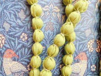 ライトグリーン 布のネックレス (金糸)の画像