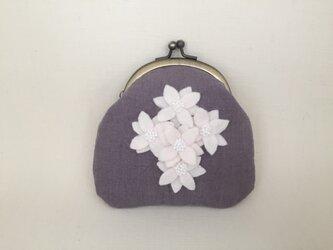 白い花 リネンがま口ポーチ ビーズ刺繍 の画像