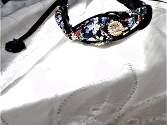 モノトーンに生える黒に花柄のネックレスの画像