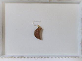 ピアス 木彫り 片耳 月 ウォールナット 19の画像