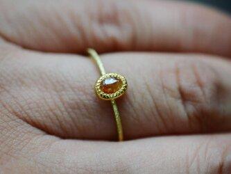 陽気なオレンジ色のナチュラル・ダイヤモンドの指環の画像