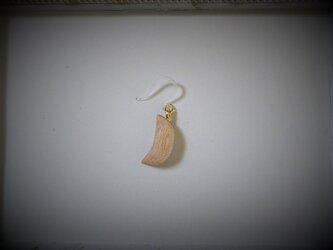 ピアス 木彫り 片耳 月 キリ 樹脂フック 20の画像