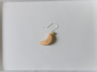 ピアス 木彫り 片耳 月 ヒノキ 21の画像