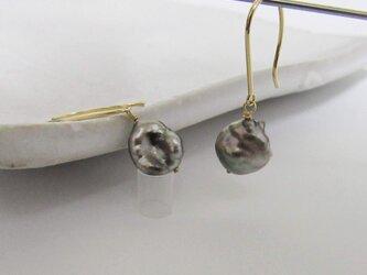 K18YG/K18YG 黒蝶ケシ真珠 両穴アメリカンピアスM-2Peの画像
