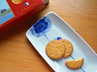 青いアネモネ1輪のロングプレート  加藤美穂子の画像
