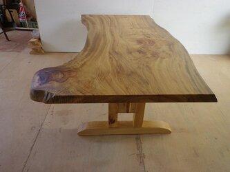 巨大な楠の一枚板テーブルの画像