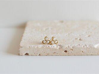 K18片耳ピアス  白い小花 の画像