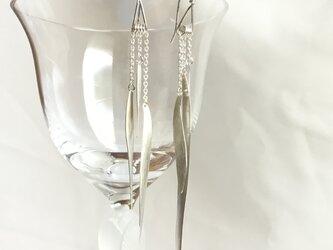 Silver950 の3枚の羽根のようなモチーフが揺れるピアスの画像