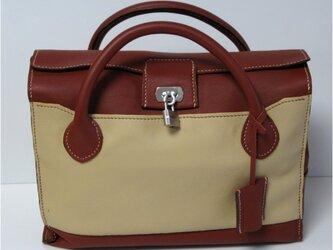 手縫い両側に外ポケットの付いたバッグの画像