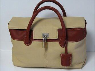 手縫い 南京錠の付いたツートンカラーのバッグの画像