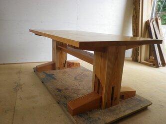 けやきの大黒柱を使ったダイニングテーブルの画像