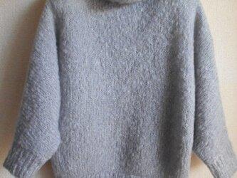 パープルグレーのドルマンスリーブセーターの画像