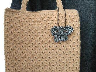 ベージュ かぎ針編みバッグ チャーム付きの画像