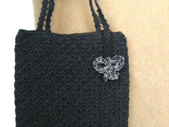 チャコールグレー かぎ針編みバッグ チャーム付きの画像