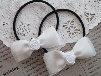 ★りぼん★ 白いバラとオーガンジーリボンのヘアゴムの画像
