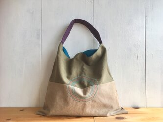 カーキ色と濃ベージュ色の三角鞄の画像