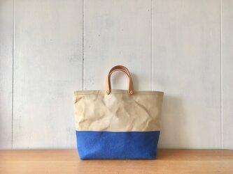 【在庫あり】ヌメ革持ち手の中くらいの鞄 青とベージュの画像