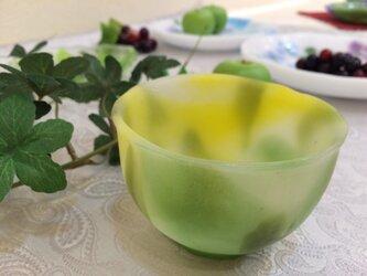 幻のガラス工芸パートドヴェール技法で制作した葉っぱをモチーフにした黄色のぐい呑み 酒カップの画像
