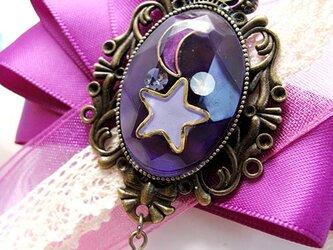 【ハロウィンカラー】月と星の輝く宇宙りぼんブローチ 紫の画像