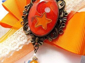 【ハロウィンカラー】月と星の輝く宇宙りぼんブローチ オレンジの画像