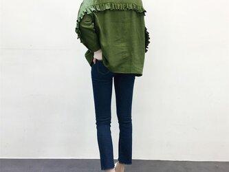 en-en ・厚手リネン背フリルシャツ(羽織に)オリーブの画像