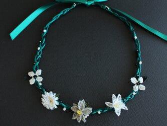 イーネオヤ⁂ブルーグリーンに映えるお花のネックレス リボン留めの画像