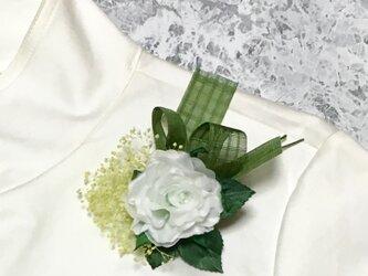 白バラとかすみ草のコサージュの画像