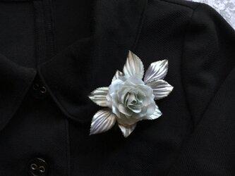 シルバーのバラのコサージュの画像