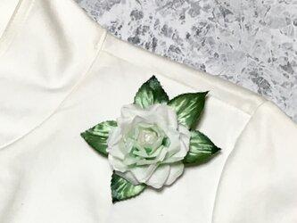 白バラのコサージュの画像