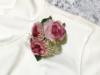 三輪のピンクのバラのコサージュの画像