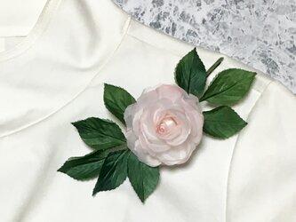 一輪のピンクのバラのコサージュの画像