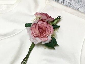 ピンクのバラとつぼみのコサージュの画像
