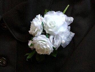 三輪の白いバラとつぼみのコサージュの画像