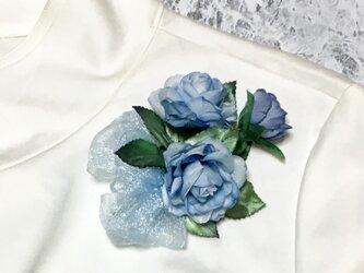 三輪の青いバラのコサージュの画像