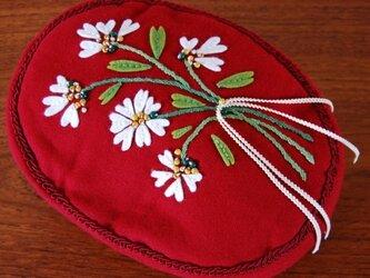 チロル風の小花飾りのミニクッションの画像