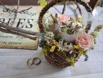 うさぎと野花のリングピローの画像