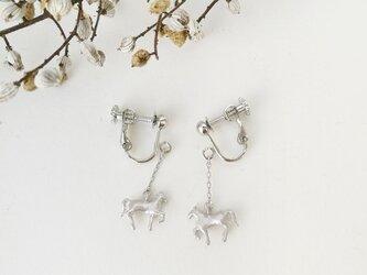 馬イヤリング(銀)の画像