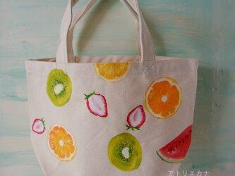 果物いっぱいの手描きトートの画像