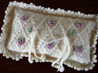ニットの小花刺繍のミニクッション(リングピロー)の画像