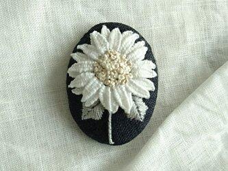 〈受注製作〉刺繍ブローチ white sun flowerの画像