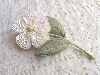 一輪の白い お花のブローチ Bの画像