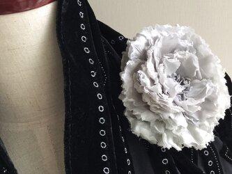 布花 芍薬のコサージュ グレーの画像