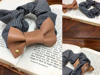 秋の革小物❤️スタッズ付き革リボンのグレンチェック柄シュシュ (キャメル)リボン取外し可、シュシュ洗濯OKの画像