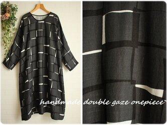 身幅71cm 黒×グレー四角い模様 Wガーゼ ポケット付き 長袖ワンピース 大きいサイズ    3L~4Lの画像