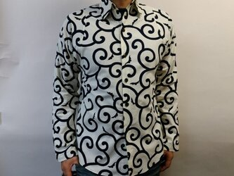 長袖和柄シャツ(大唐草模様)生成り×濃紺の画像