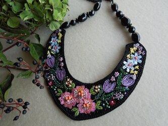 花柄刺繍のネックレスの画像